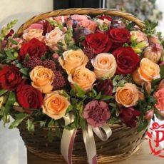 Красивая корзина с цветами.