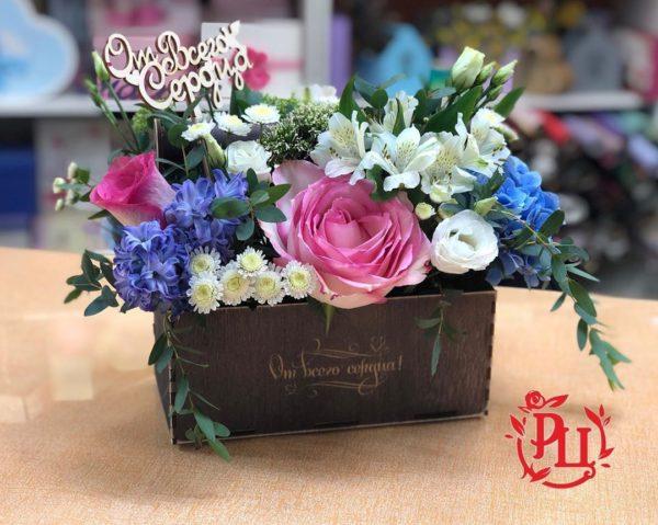 """Цветы """"от всего сердца"""" в деревянном ящике"""