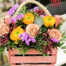 """Цветы в деревянном ящике """"Солнечный крем-шоколад"""""""