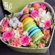 Коробка с цветами и десертом
