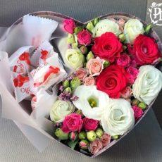 Коробка с конфетами и цветами