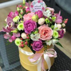 Притягательная изысканность в шляпной коробке с цветами