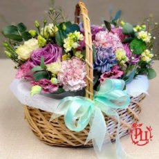 Романтическая история в корзине с цветами