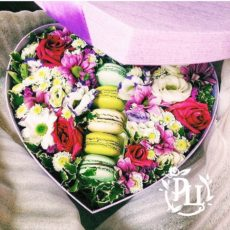 Цветы и вкусности в одной коробке