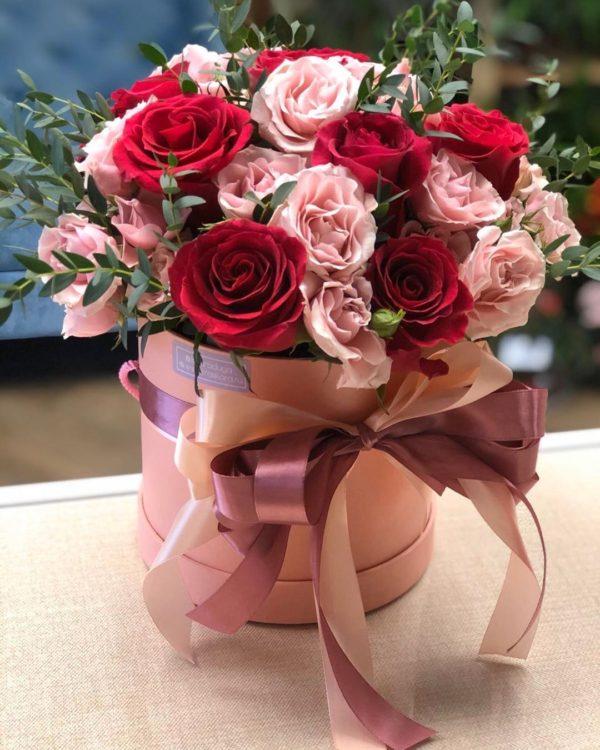 Нежные и волнистые розы в коробке