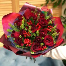 Романтический букет из 15 прекрасных роз с красивой зеленью.