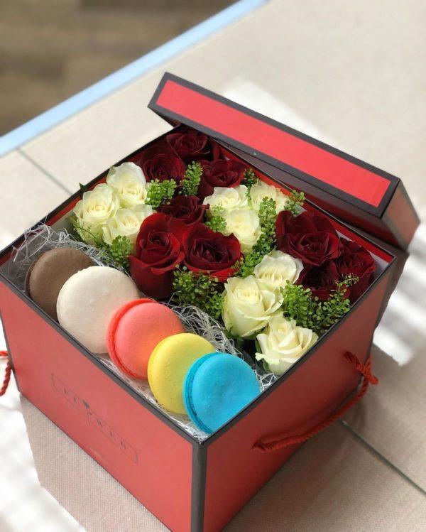 коробочка цветов с макарунами