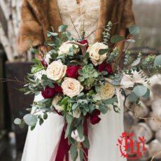 Нежный свадебный букет в зимних классических тонах