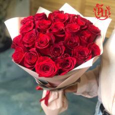 25 красных роз в матовой упаковке