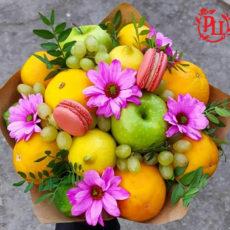Жёлто-розовый букет из фруктов и ромашек