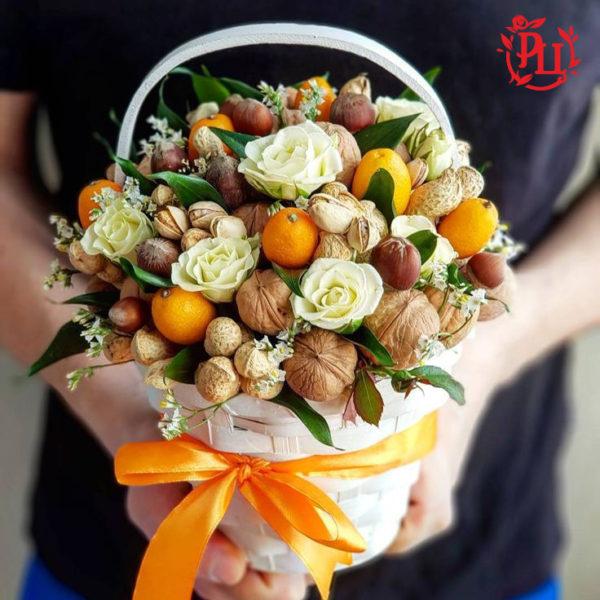 Фруктово-ореховый микс с розами в корзине
