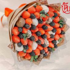 Букет из свежей клубники и ежевики (SM)