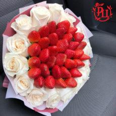Букет из клубники и белой розы (SM)